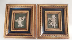 Two plaques in relief and made of alabaster powder - Biggs & Sons from London - picture of putti and an angel - 2nd half of the 20th century