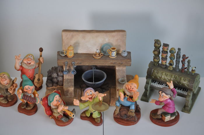 Disney - 8 beeldjes WDCC - The Seven Dwarfs + Hearth Fireplace