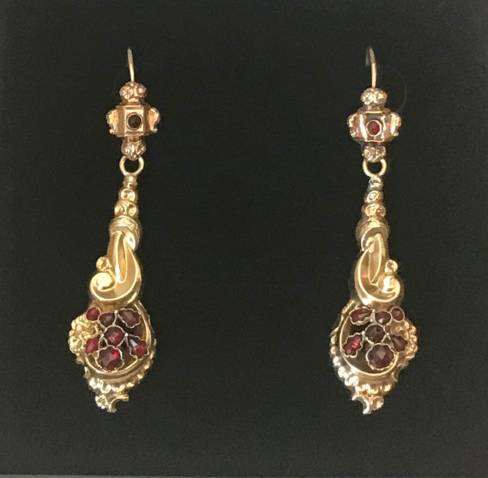 Biedermeier drop earrings with Bohemian garnets and pearls made of 585 / 14 kt gold, antique circa 1830