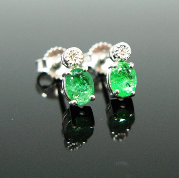 18 KT White gold earrings set with 2 natural emerald oval-faceted-cut tot 1,50 ct and 2 diamonds round-brillant-cut tot ct 0,10 G/VVS1.