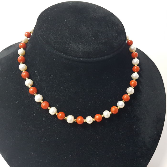 Necklace in 18 kt gold with pearls and coral. 31.53 g