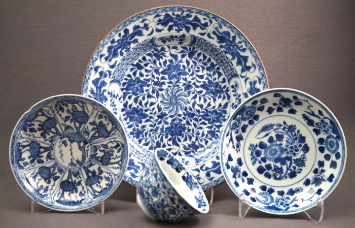 Collection of Chinese porcelain with underglaze blue painting - China - ca. 1700 Kangxi period (1662 - 1722)