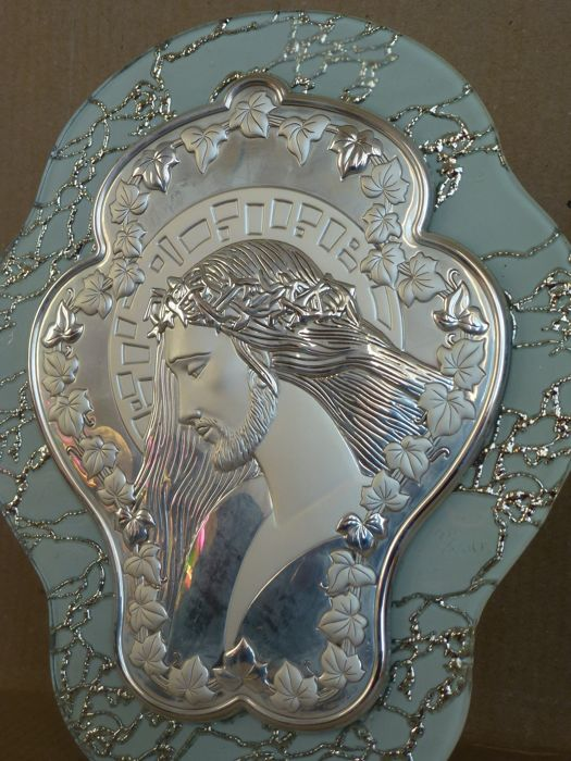 Christian/Catholic style work in silver 925/1000 and glass. Signed and marked - The work is an embossed and engraved image of Jesus Christ in the centre of a support, adorned with a wreath of mat and glossy vine leaves shoots - The whole work is placed on leaded glass base.