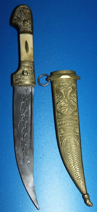 Vintage Syrian jambiya , with copper/ brass scabbard  and horn hilt, , in good  condition total length 29 cm