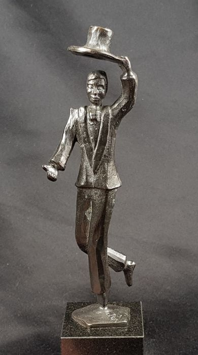 "Rob Verhoeven for Artihove - Bronzed statue of a man saying: ""Chapeau"""