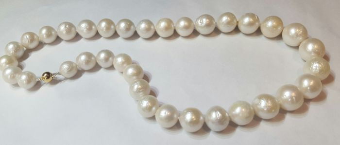 Gold 18 kt/750 - Necklace of large freshwater cultured pearls arranged by size - 44 cm - No reserve