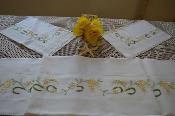 Lot consisting of a 100% pure linen double bed sheet with satin stitch handmade embroidery of Mimosas
