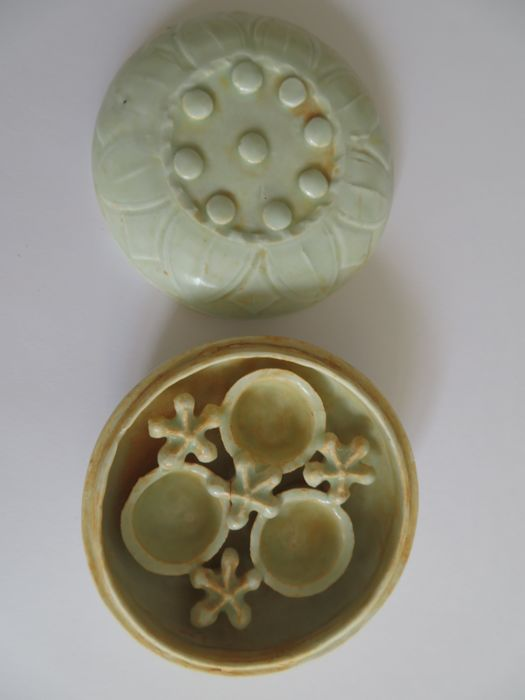 A  very rare Chinese Qingbai glazed celadon cosmetic/medicine box with very special moulded flower's petal decoration  - 102 X 52 mm