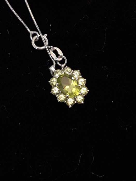18 kt white gold necklace and pendant with 1.56 ct peridot, total weight 2.40 g