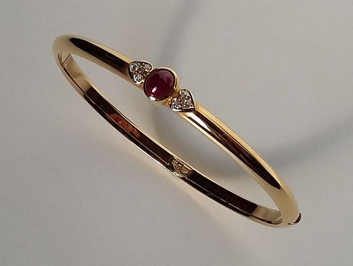 18kt gold bangle with brilliant cut diamonds (0,09 cts) and cabochon ruby (0,84 cts) – 9,30 gr