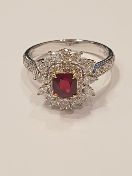 Vivid red ruby ring 1.02 ct with 72 diamonds 0.82 ct white gold 750 4.11 g - pigeon blood ruby - ring size 56