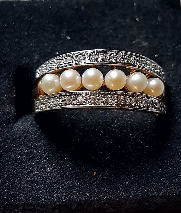 Elegant wedding ring, 1960s, Italian craftsmanship, with Japanese AA cultured pearls measuring 3.5 mm each (totalling 1.20 ct), in 14 kt yellow and white gold with two bands of natural brilliant cut diamonds on top, 0.065 ct in total.