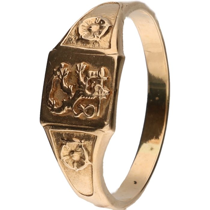 14 kt Yellow Gold signet ring with tooled lion with sword and with floral motif Size 21 mm
