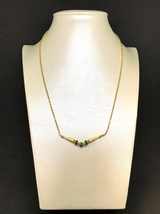 Choker in 18 kt yellow gold with central decoration and green stones, weight 10.8 g, length 41 cm