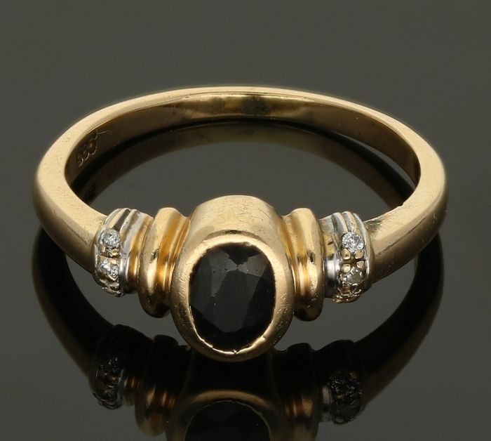 14 kt - Yellow gold ring, set with sapphire and 6 brilliant cut diamonds of approx. 0.03 ct in total - Ring size: 17.25 mm
