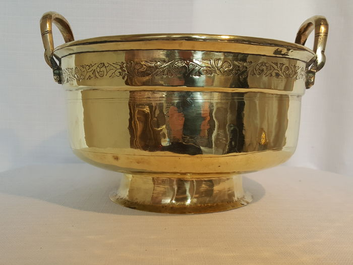 Impressive large yellow copper/brass bowl/bucket, first or second half of the 20th century