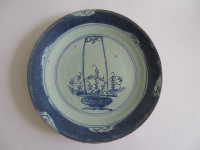 A rare Chinese cobalt blue and white porcelain dish with a flower basket decoration - 190 X 24 mm