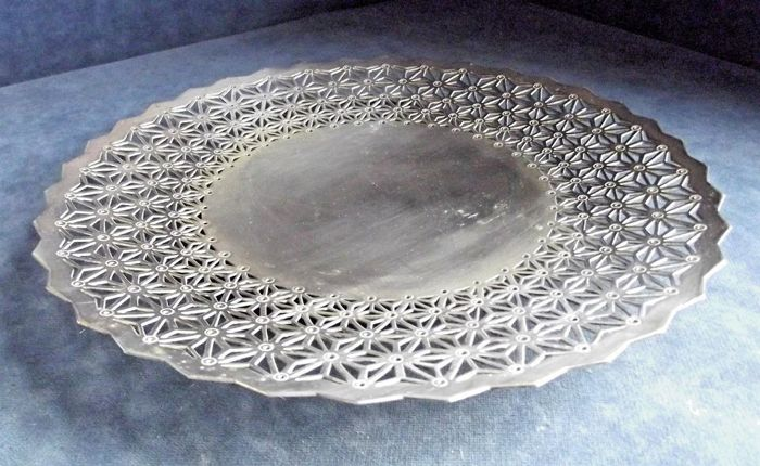 Elegant fruit-dish centrepiece - openwork decoration - by Elkington - circa 1925
