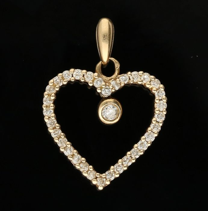 14 kt - Yellow gold pendant in the shape of a heart, set with 1 brilliant cut and 32 single cut diamonds of approx. 0.19 ct in total - Length x width: 2 x 1.5 cm