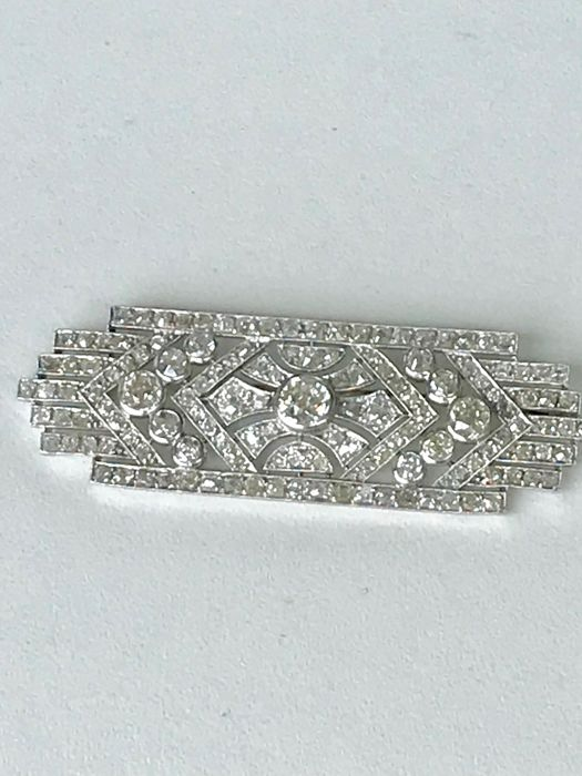 Brooch in platinum and gold, with Top Wesselton diamonds weighing 5.80 ct in total