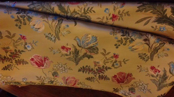 5.60 metres of San Leucio royal damask fabric with floral pattern on a golden ground