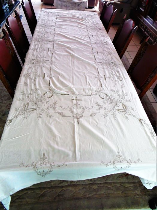 Beautiful embroidered tablecloth 3 m 05 cm long and 1 m 65 cm