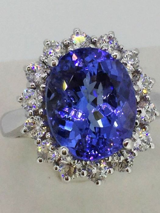 Princess ring in 18 kt white gold with bluish violet tanzanite AAA for 5.30 ct and diamonds for 0.80 ct, D-E/VVS - No Reserve