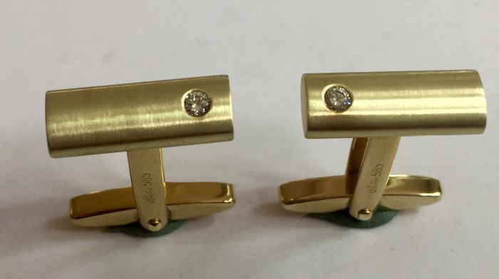 """Pair of gold cufflinks each with a brilliant 0.07 ct signed: """"QUIN"""""""