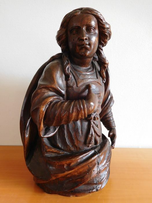 Carved walnut sculpture of a female saint, presumably Mary Magdalene - with reliquary - Flanders - 2nd half 17th century