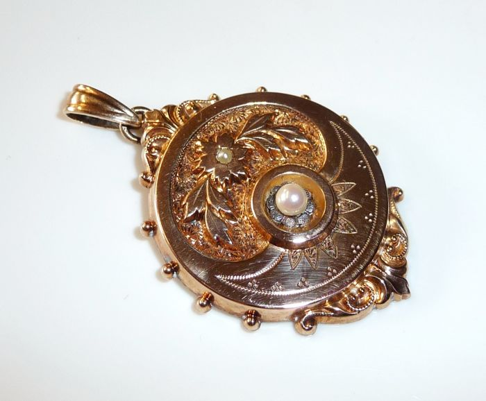 Big antique pendant in 14 kt / 585 rose gold from around 1850 - finely decorated with 2 pearls