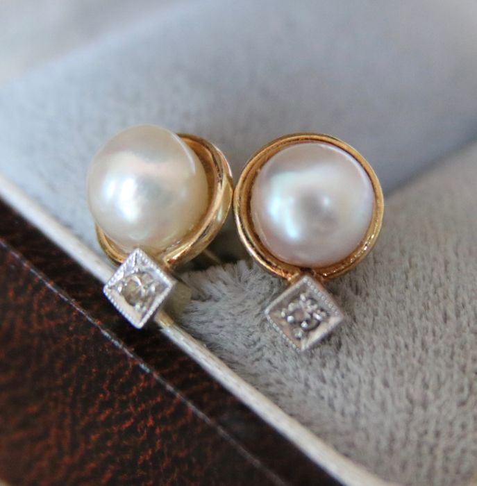 Antique Art-Deco 14kt Gold earrings/studs set with Akoya sea pearls and Diamonds