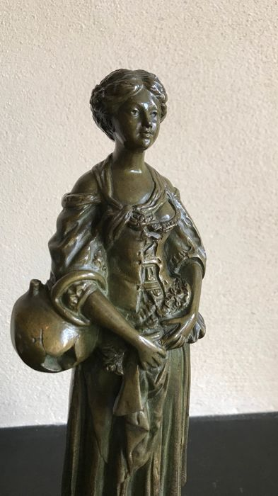 After Jean Baptiste Greuze - Sculpture, a bronze woman with a water jug on a marble base - Bronze - Early 20th century