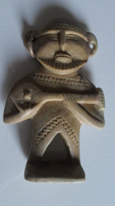 Beautiful small sculpture representing an African man playing an instrument - Mid 20th century - Hard stone