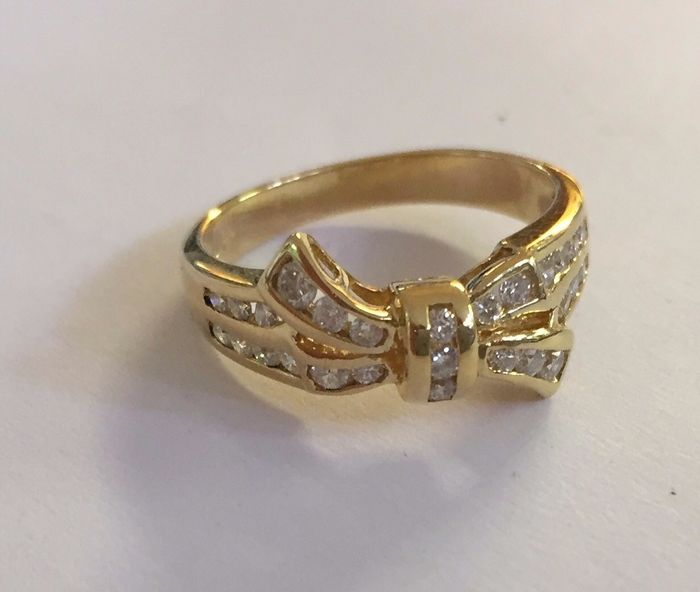 18 kt Yellow gold bow ring set with 27 diamonds, approx. 0.30 ct in total. Ring size: 16.75 (53)
