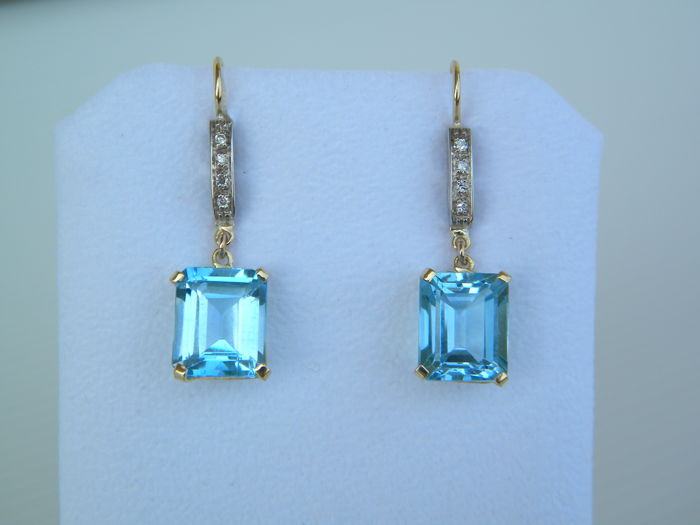 Earrings in 18 kt white and yellow gold with natural diamonds, 0.15 ct, and light blue topazes, 14.95 ct - size: 3.77 x 1.00 cm