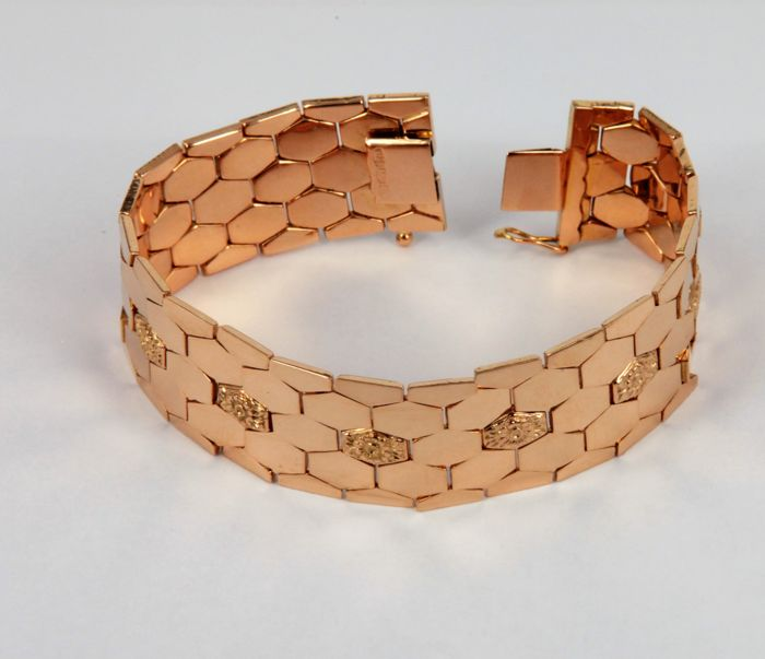 Magnificent and elegant band bracelet, made in Italy from 18 kt (750/1000) rose gold, hexagonal links with floral finish - Weight 33.2 g - Length 19 cm, width 2 cm.