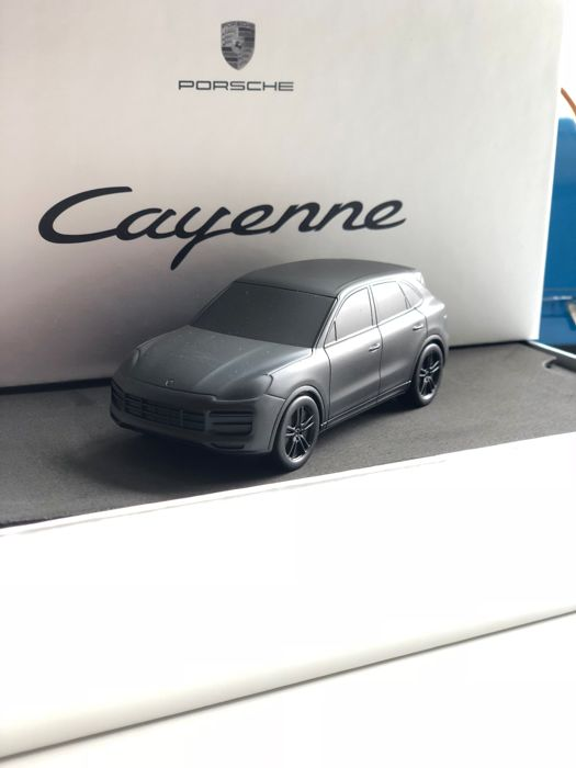 Porsche Cayenne Turbo E3 2018 - Paperweight - matte black Limited Edition