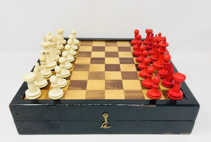 KP Uhlig German chess of bone with the board of the period
