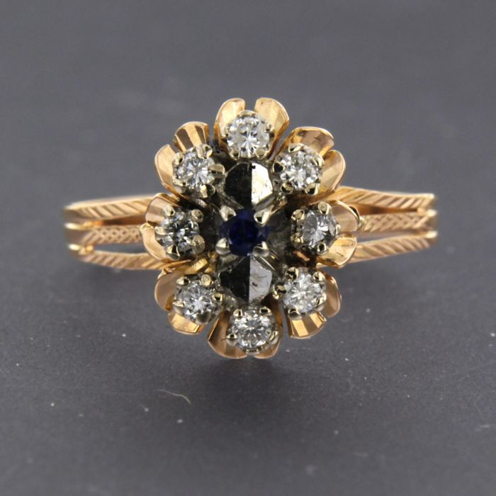 18 kt, bi-colour gold ring with sapphire and 8 brilliant cut diamonds, approx. 0.32 carat in total, ring size 18.5 (58)
