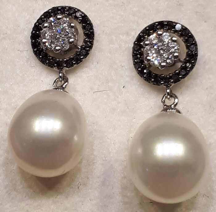 Comete – Signed earrings in 18 kt gold, teardrop cultured pearls, with bright white and black diamonds