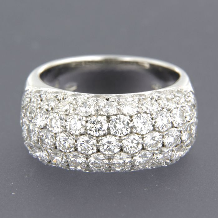 18 kt white gold ring set with 67 brilliant cut diamonds of approx. 4.85 ct in total