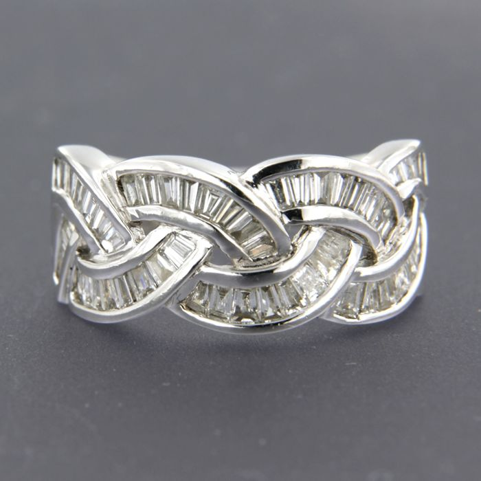 18 kt white gold ring set with 58 taper cut diamonds, ring size 17 (53)