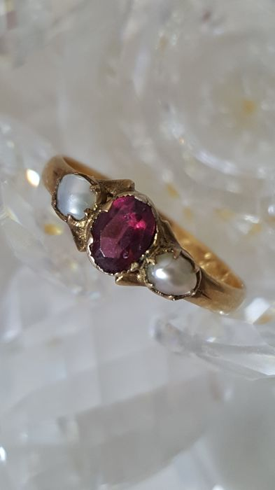 Victorian ruby ring 1848 old with big ruby in 18 karat gold