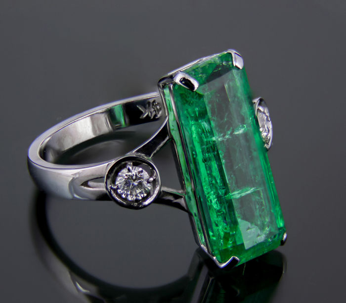 IGI Certified 4.73 ct. Rich green Emerald And Diamonds Gold Ring.