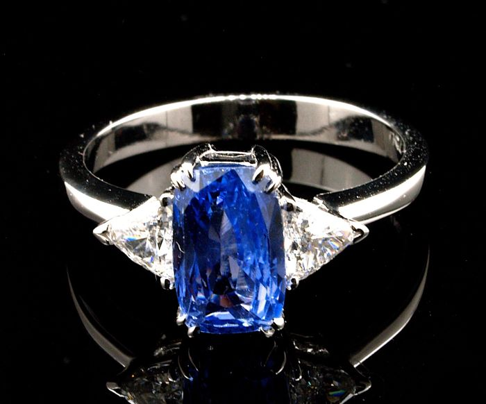 Ring with unheated sapphire and diamonds of 2.42 ct - IGI Antwerp certificate - Size 55