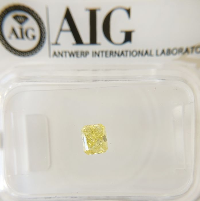 0.31 ct Radiant cut diamond Fancy Vivid Yellow SI2 *** No Reserve ***