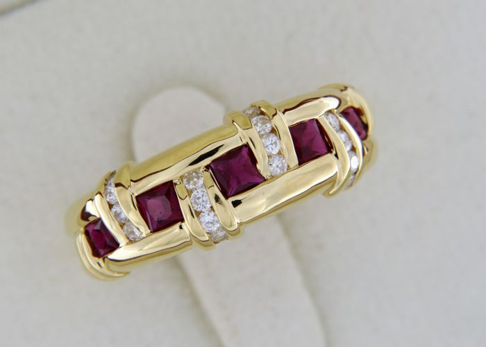 18 kt gold ring set with rubies and diamonds - Size 54