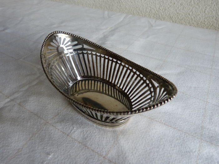 Silver chocolate basket with pearl rim - The Netherlands - 1917