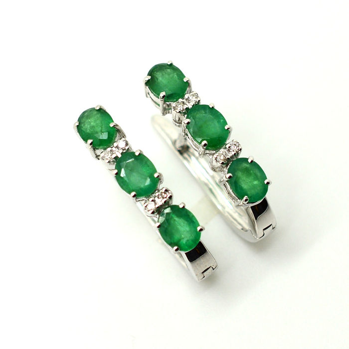 Earrings in 18 kt gold with emeralds and diamonds, 2.00 ct in total 20 mm *** No reserve ***