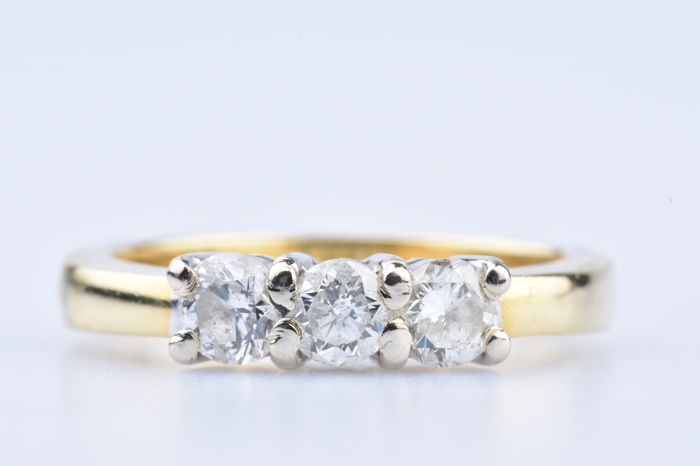 Trilogy ring in 18k (750/1000) yellow gold with 3 diamonds of approx. 0.70 ct in total.